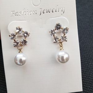 Jewelry - Beautiful Pearl Earring crystal and gold base